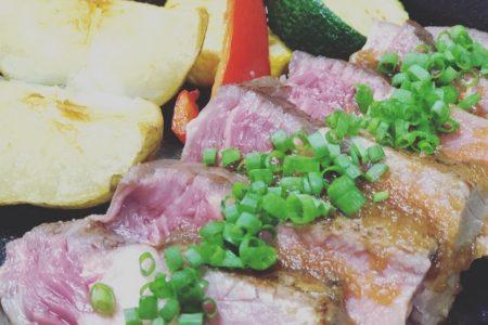 人気メニュー、牛リブロースのステーキです